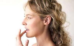 Как вылечить потрескавшиеся губы