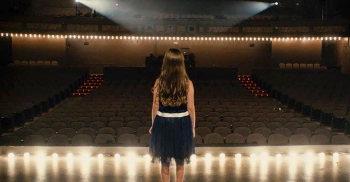 Девочка на сцене