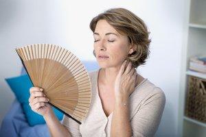 Как лечить приливы жара у женщины