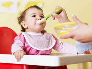 Как правильно давать желток ребёнку