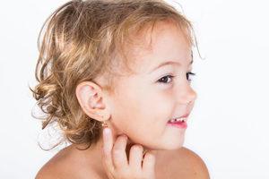 Стоит ли прокалывать ребенку уши